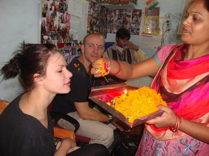 volunteer's-welcome-in-India
