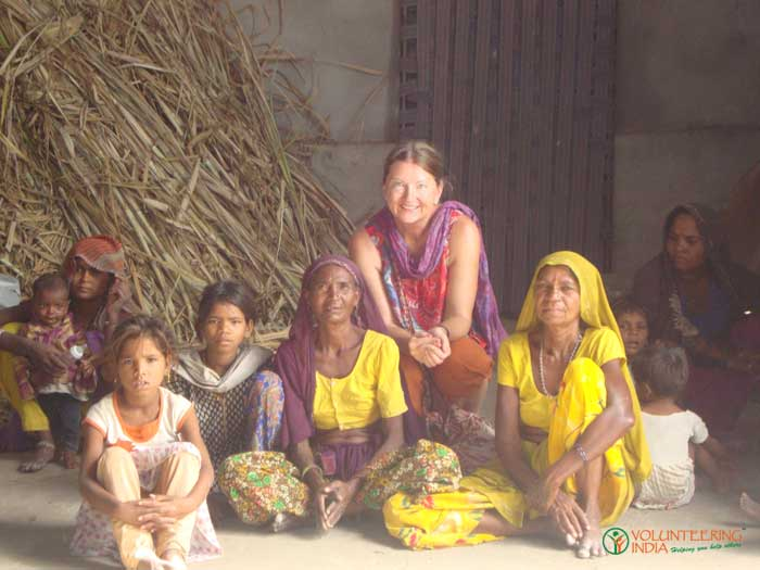 Volunteer-in-India-with-local-people