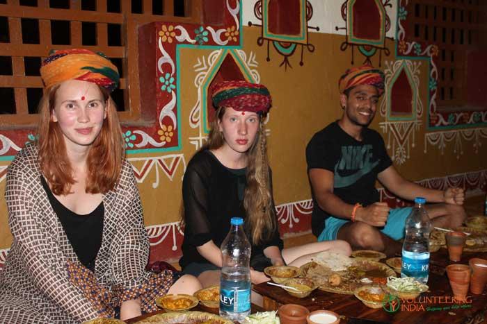volunteers-in-India-having-indian-food