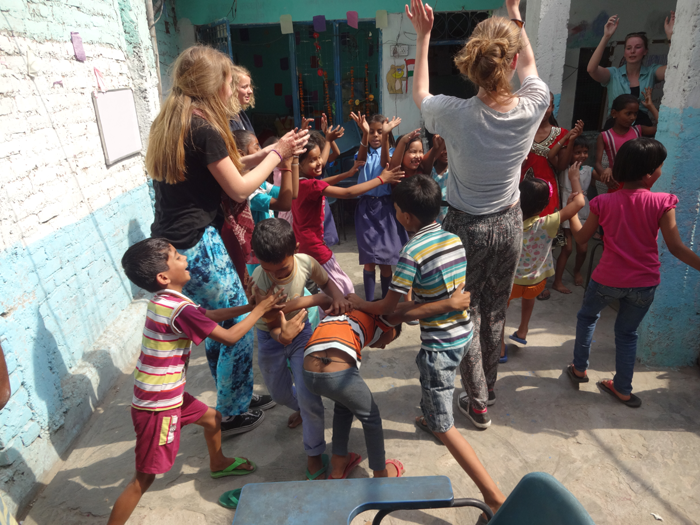 Volunteer-playing-with-street-childern