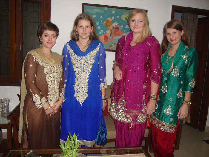 Volunteers-in-indian-outfits