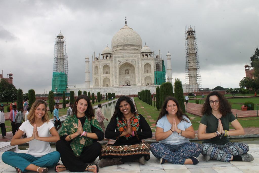 volunteers-at-tajmahal-in-india