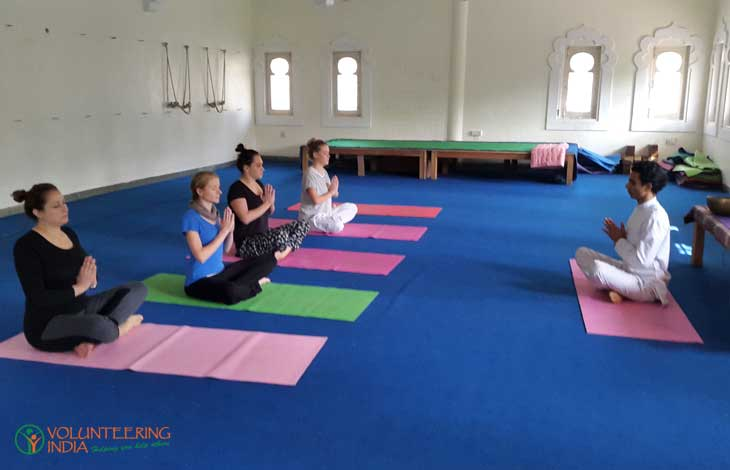 Rejuvinating-yoga-class-while-volunteering-in-India